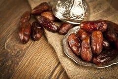 La paume de datte sèche porte des fruits ou kurma, nourriture (ramazan) de Ramadan Image stock