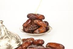 La paume de datte sèche porte des fruits ou kurma, nourriture (ramazan) de Ramadan Images stock