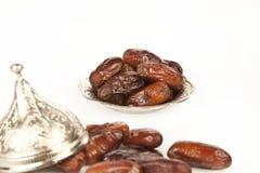 La paume de datte sèche porte des fruits ou kurma, nourriture (ramazan) de Ramadan Photographie stock
