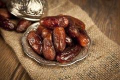 La paume de datte sèche porte des fruits ou kurma, nourriture (ramazan) de Ramadan Images libres de droits