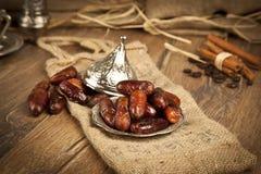 La paume de datte sèche porte des fruits ou kurma, nourriture (ramazan) de Ramadan Photos libres de droits