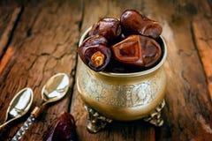 La paume de datte s?che porte des fruits ou kurma, nourriture de Ramadan La belle cuvette compl?tement de date porte des fruits s image stock