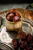 La paume de datte s?che porte des fruits ou kurma, nourriture de Ramadan La belle cuvette compl?tement de date porte des fruits s photos libres de droits