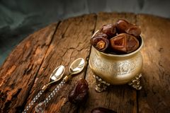 La paume de datte s?che porte des fruits ou kurma, nourriture de Ramadan La belle cuvette compl?tement de date porte des fruits s photos stock