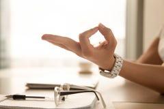 La paume femelle avec des doigts s'est pliée dans le geste de mudra de Jnana Photos stock