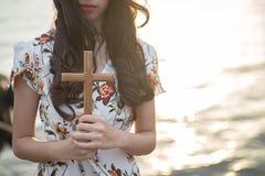 La paume humaine remet l'action comme prient pour adorer symbole pour le culte au christianisme de Jésus-Christ Photos stock