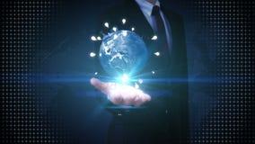 La paume ouverte d'homme d'affaires, la terre tournante, relient l'icône d'ampoule d'idée technologie des communications, carte d illustration libre de droits