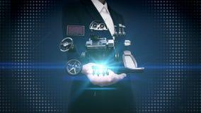 La paume ouverte de femme d'affaires, véhicule partie, moteur, siège, tableau de bord, navigation, pédale d'accélérateur, système banque de vidéos