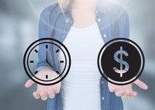 La paume ouverte de la femme remet des icônes de temps d'entreposage et de dollar d'argent Photos libres de droits