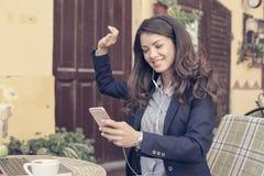 La pausa caffè è tempo di ascoltare la musica Immagini Stock
