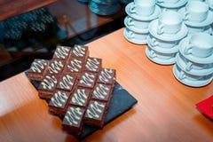 La pause-café a servi morceaux sur de table †des «de gâteau de chocolat sur le plateau en pierre noir photo stock