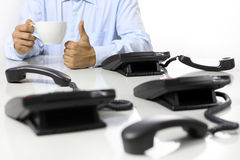 La pause-café dans le bureau, comme la main, téléphone  image libre de droits