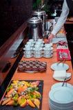 La pause-café a servi morceaux sur de table †des «de gâteau de chocolat sur le plateau, les fruits et les thé-tasses en pierre photographie stock