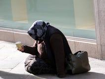 La pauvre femme gitane prie pour l'aumône se situant dans la rue images stock