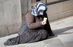 La pauvre femme gitane prie pour l'aumône sur une route européenne image stock