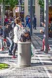 La pauvre femme rassemble les bouteilles en plastique des déchets à Francfort Image libre de droits
