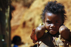 La pauvreté, portrait d'une pauvre petite fille africaine a perdu dans le tho profond Photos libres de droits