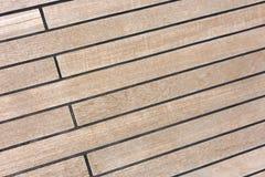 La pavimentazione del primo piano dell'yacht Bordi di legno con le cuciture nere Fotografie Stock Libere da Diritti