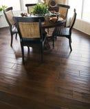La pavimentazione di legno dura nel pranzare è fotografia stock libera da diritti