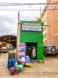 La Paz, Bolivia - 7 de diciembre de 2011: Mujer con muchos bolsos foto de archivo libre de regalías