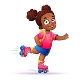 La peau foncée de petite fille monte sur des patins de rouleau Photo stock