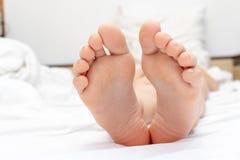La peau sèche, la callosité plantaire et les flocons sur les semelles de pieds d'enfant se ferment  photographie stock libre de droits