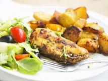 La pechuga de pollo asada con las patatas dulces y la ensalada adornan Imagenes de archivo