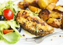 La pechuga de pollo asada con las patatas dulces y la ensalada adornan Fotografía de archivo libre de regalías