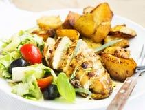 La pechuga de pollo asada con las patatas dulces y la ensalada adornan Imágenes de archivo libres de regalías