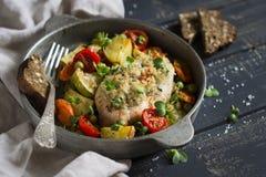 La pechuga de pollo coció con las verduras en un scourage del vintage Foto de archivo