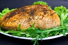 la pechuga de pollo cocida con lechuga leavesbaked la pechuga de pollo con lechuga y arugula verdes imágenes de archivo libres de regalías