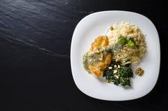 La pechuga de pollo frita con espinaca, el arroz y queso Gorgonzola sauce Imágenes de archivo libres de regalías