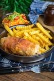 La pechuga de pollo frita rellena con las setas y el queso envolvió i Fotografía de archivo libre de regalías