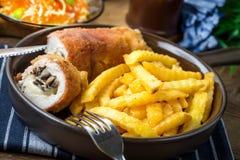 La pechuga de pollo frita rellena con las setas y el queso envolvió i Imagen de archivo libre de regalías