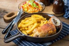 La pechuga de pollo frita rellena con las setas y el queso envolvió i Fotos de archivo