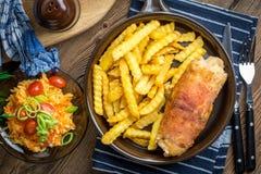 La pechuga de pollo frita rellena con las setas y el queso envolvió i Fotos de archivo libres de regalías