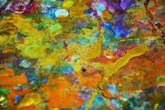 La peinture bleue pourpre jaune d'or brouillée éclabousse, des couleurs cireuses vives colorées, fond créatif de contrastes images stock