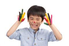 La peinture colorée de garçon mignon feignent comme le chat Photo stock