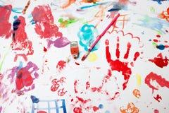 La peinture de l'enfant sur le livre blanc Photos stock
