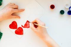 La peinture de main du ` s de femme colore le coeur Photos libres de droits