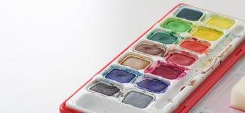 La peinture fournit prêt à employer et coloré dans la palette, fond blanc, concept d'art images stock