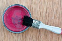 la peinture peut avec la vieille brosse Photos stock