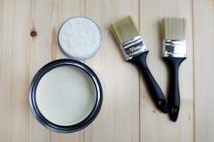 La peinture peuvent et les pinceaux Photo stock