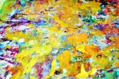 La peinture pourpre colorée de jaune orange éclabousse, des couleurs cireuses vives colorées, fond créatif de contrastes Images stock