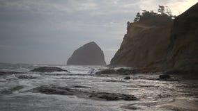La película de estrellarse agita con el cielo nublado y Sandy Beach en el cabo Kiwanda a lo largo del Océano Pacífico en el prime almacen de metraje de vídeo