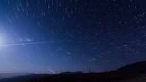 La película de Timelapse con las estrellas que forman la estrella se arrastra alrededor de la estrella polar en el norte almacen de metraje de vídeo