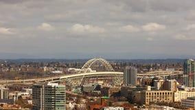 La película del lapso de tiempo de nubes móviles y el tráfico auto en la ciudad céntrica de Portland O con Fremont tienden un pue metrajes