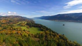 La película del lapso de tiempo de UHD 4k de nubes móviles y el cielo azul sobre el río Columbia Gorge de punto de opinión del ca almacen de metraje de vídeo
