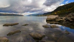 La película del lapso de tiempo de UHD 4k de nubes tempestuosas y el cielo sobre el río Columbia hermoso Gorge metrajes