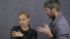 La pelea de una familia joven, marido grita en su esposa, concepto del conflicto, violencia en el hogar La muchacha está gritando metrajes